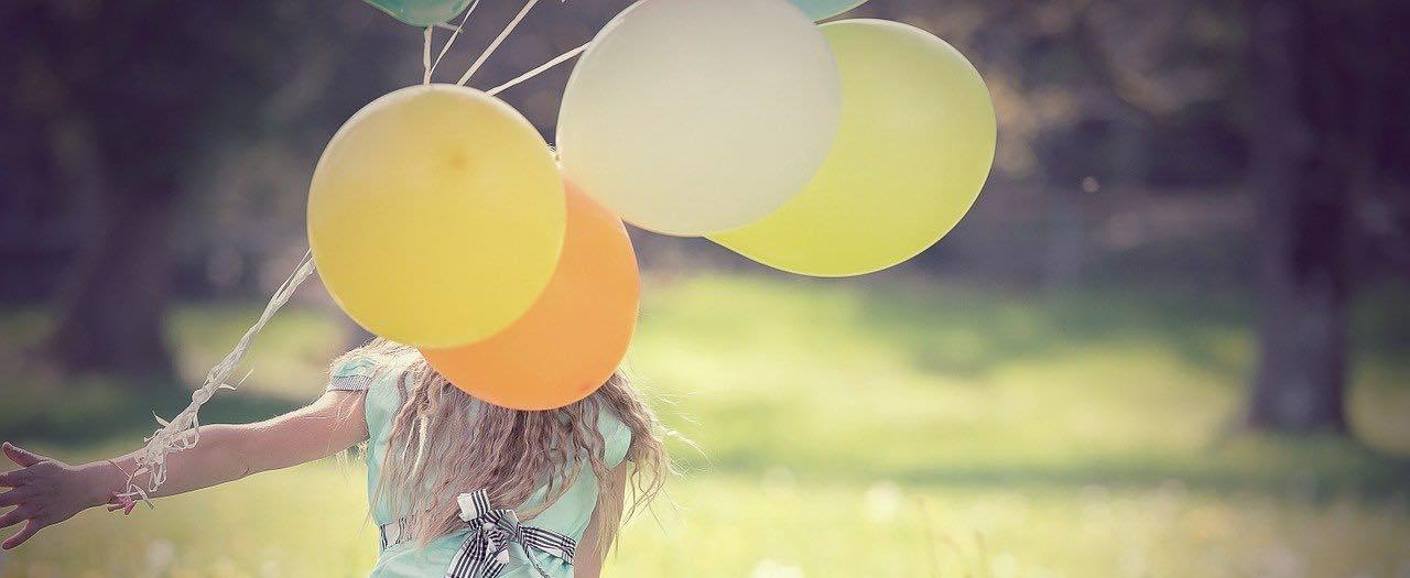 Frau mit Luftballon_ANSA_1920x700